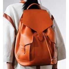 You can use a flat leather backpack with many of your combi .- Düz, deri bir sırt çantasını birçok kombininizle kullanabilirsiniz… You can use a flat leather backpack with many of your combi … - Leather Backpack Pattern, Leather Pattern, Textiles, Bag Patterns To Sew, Fashion Week, Fashion Fashion, Runway Fashion, Latest Fashion, Fashion Tips