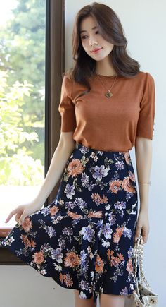 29 Trendy Skirts With Top To Inspire Every Woman - Fashion New Trends Chic Outfit, Casual Skirt Outfits, Girly Outfits, Cute Outfits, Korean Skirt Outfits, Floral Skirt Outfits, Elegant Outfit, Modest Dresses, Modest Outfits