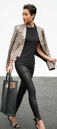une tenue chic et glamour, veste à sequins et legging effet cuir, sandales élégantes #classyoutfits