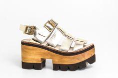 Articulo M325 - Plataforma de cuero Sandalia franciscana con base de madera. Color: oro.