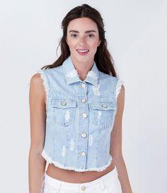 Colete feminino  Modelo cropped  Barra desfiada  Com bolsos  Marca: Blue Steel  Tecido: jeans  Composição: 100% algodão  Modelo veste tamanho: P           COLEÇÃO VERÃO 2016         Veja outras opções de    coletes femininos.
