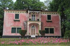 old Pink Manor, Furnas