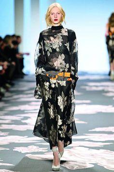 La visión de Vera Wang   La diseñadora estadounidense habla sobre sus preferencias a la hora de vestir y sobre el significado que tienen sus creaciones en su vida. Vera Wang, Kimono Top, Tops, Women, Fashion, Fashion Trends, Life, Moda, Women's