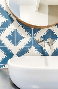 Architectes d'intérieurs, Agence Transition interior Design, Architectes: Margaux Meza et Carla Lopez Salle de bain bleu carreaux de ciment popham design