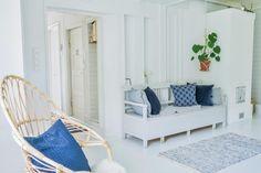Tässä vanhan talon olohuoneessa on ihanan raikas sinivalkoinen tunnelma. Takan lämmössä täällä pääset aistimaan menneen ajan henkeä.