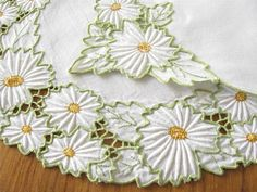 AMAZING Vintage DAISY Embroidered 17 pc Set Placemats Napkins Runner MUST SEE