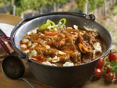 Szüreti birkapörkölt elkészítése: Kovács János szekszárdi mesterszakácstól tudjuk, hogy ez a fogás a Sárközből származik, ahol a nagyobb ünnepek és a szüret jellegzete... Chili, Curry, Paleo, Soup, Beef, Meals, Dishes, Cooking, Ethnic Recipes