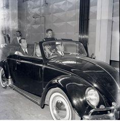 Presidente Juscelino Kubitschek visita fábrica da Volkswagen.
