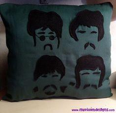 Almohadón caras de Beatles. https://www.facebook.com/myvioletdesigns/