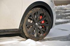 L'hiver a aussi ses petits avantages... Quoi de mieux que de jouer avec une 208 GTi dans la neige ! www.208gti.fr @PeugeotFR Peugeot 208 Gti, Jouer, Belle Photo, Vehicles, Car, Snow, Automobile, Rolling Stock, Vehicle