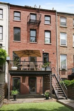 Building A Deck 711428072365272163 - Just a few months after putting it on the market, the Cobble Hill home of Beastie Boy Mike D. (alias Diamond) and director Tamra Davis has sold for just under its initial asking price. The Baltic… Source by stboulet Balcony Design, Roof Design, House Design, Roof Gardens London, Brooklyn Backyard, Townhouse Exterior, Roof Architecture, Pergola With Roof, Building A Deck