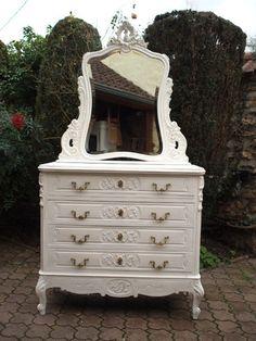 Splendide commode / coiffeuse ancienne de style Louis XV rocaille, avec miroir amovible, peinte en blanc et patinée gris perle clair.  Elle est en noyer massif, en excellent ét - 17952357