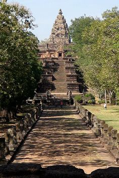 When traveling from Khorat to the southeast, you will pass the only interesting because of its Töpfereien Dan Kwian village (14 km south on Route 224) and then crosses the province of Buriram, in (about 120 miles) on a 383 m high extinct volcano the excellently restored Prasat Phanom Rung and is a