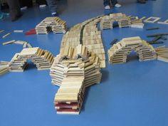 Een krokodil van Kapla! Natuurlijk kun je van Kapla allerlei dingen maken. Je kunt ook je eigen Kapla wedstrijd houden: wie bouwt de hoogste Kapla-toren? Zet een (krijt)bordje met meetlint ernaast hoe lang 'de hoogste-tot-nu-toe toren' is. Dan kunnen de kinderen die de hele week door proberen te verbeteren!
