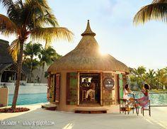 Bar à la piscine du Lux* Belle Mare à l'Ile Maurice Pool bar at Lux* Belle Mare in Mauritius island