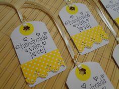 """Tags de papel para decorar seus produtos artesanais. <br> <br>O Kit é composto por: <br>- 5 tags feitas com papel branco padrão linho, decoradas com papel e adesivo colorido (amarelo e branco), furadores, carimbo (com a frase """"Handmade with love"""", ou seja, """"Feito a mão com amor), fita de cetim e mini alfinete. <br> <br>** Você que adora fazer trabalhos crafts, pode incrementar seus produtos com essas delicadas tags (etiquetas).** Handmade Tags, Handmade Crafts, Diy And Crafts, Paper Crafts, Envelopes, Homemade Gift Tags, Book Markers, Quilling Cards, Paper Tags"""