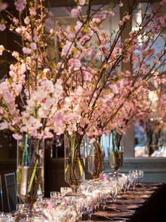 Centro de mesa con ramas de cerezo