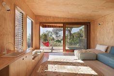 La arquitecta australiana Clare Cousins es la autora de este pabellón de madera que amplia una vivienda de vacaciones de 1970 ubicada en Mornington, al sudeste de Melbourne. El proyecto trata de acentuar el vínculo entre lo antiguo y lo nuevo, utilizando materiales naturales y aprovechando de una manera inteligente el terreno libre existente, con [...]