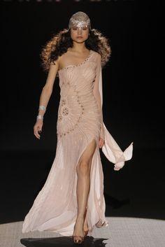 Escultural traje de noche en rosa empolvado completamente bordado con pedrería y falda con abertura lateral