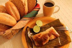 Tamales sabatinos, hechos de masa de maíz o arroz, pepitoria, tomate y diversas carnes. Acompañados de café tradicional y un toque de limón. #Guatemala #Recetas #Comida #Food #Traditional #Tamales