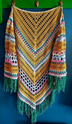 épinglé par ❃❀CM❁✿⊱Pippy Golden Rose Shawl www. Tops A Crochet, Diy Crochet And Knitting, Crochet Quilt, Crochet Woman, Love Crochet, Crochet Crafts, Crochet Lace, Crochet Stitches, Crochet Prayer Shawls