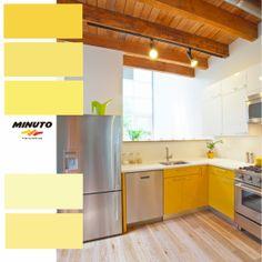 El amarillo luce moderno en esta maravillosa y contemporanea cocina. El moviliario de color se equilibra muy bien con el suelo de madera clara y techos de madera expuesta. TIP Adicional: El horno, lavavajillas y heladera de acero inoxidable añaden un brillo fresco a la mezcla.