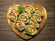 Roladki z ogórka z twarożkiem i łososiem - Blog z apetytem Tortillas, Gnocchi, Christmas Appetizers, Bento, Quiche, Zucchini, Sushi, Grilling, Food And Drink