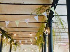 Wimpelketten und Grün als Dekoration für die Decke