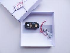 Eine nette Art, dem Brautpaar Bargeld zur Hochzeit zu schenken - schlicht, schön und individuell.  Denn:   Auf der Wertmarke steht das Hochzeitsdatum!  Binde einfach die gerollten Geldscheine...