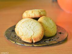 Trzy proste składniki : mąka kokosowa, masło lub olej kokosowy oraz miód. Ciasteczka mają lekką i kruchą konsystencję.  Składniki na 8 sztuk: 4 łyżki mąki kokosowej 2 – 3 łyżki zimnego masła (ew. olej kokosowy) 1 łyżka miodu Piekarnik rozgrzewamy do 185 stopni C. Blaszkę wykładamypapierem do pieczenia. Wszystkie składniki szybko zagniatamy w misce …