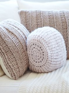 """Woolen Cushions- Adorable & they look comfie.  what's the pattern for the """"round"""" one?"""