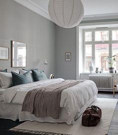 Minimal home with a grey bedroom - Sovrum Diy Bedroom Decor, Bedroom Interior, Home, Interior, Bedroom Inspirations, Home Bedroom, Rustic Chic Bedroom, Remodel Bedroom, Grey Bedroom