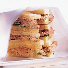 Für Tunfischfans der ideale Wegbegleiter - ein Tramezzini, die italiensische Sandwichvariante, dick mit fischiger Creme bestrichen.