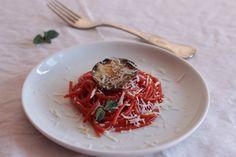 La nuova Norma: spaghetti molecolari di pomodoro con chips di melanzane, #ricetta di Alessandra Uriselli con pomodori pelati La Fiammante registrata su #Mysocialrecipe per #PomOROsso d'Autore #contest