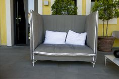The armchair version enphasizes the soft and enveloping cushions and backrest.