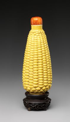 Snuff bottle in the shape of corn, China Qianlong period (1736–95) - Porcelain with yellow glaze (Jingdezhen ware) and amber stopper