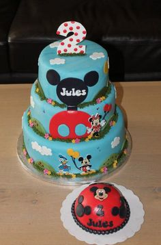 Mickey Mouse cake....the little one....with (mini) oreos