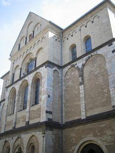 Sankt Andreas - Die neuen Kirchenfenster von Markus Lüpertz sind in jüngster Zeit zu einem Anziehungspunkt für Kunstinteressierte aus der ganzen Welt geworden. http://www.sankt-andreas.de/  (Foto: Nicole Hundertmark)