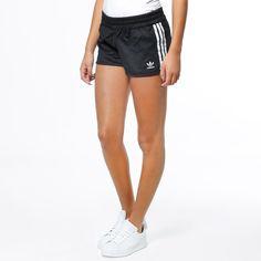 Shorts från Adidas med 3-stripes i sidan. - Resår och dragsko i midjan. Material: 58% Bomull, 42% Polyester. Modellen är 173 cm och är fotad i S/36.