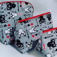 Kit de Necessarie #gatinhos 😻😻 Tudo bem organizado com muito charme e estilo #bomdia #clutch #bolsas #bagcat #bag #bags #necessairieleatelie #necessaire #organizadordebolsa #viagem #organizadordemala #kitviagem #bolsanova #bolsatendencia #lovepets #lovecat #amogatos #instacat #instabag #instabolsas #moda #fashion #cat #gatos #catinstagram #artesanato #designerdebolsas #mulher