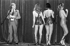 Sichtlich angetan von diesen drei Go-go-Girls war Helmut Schmidt im Juli 1977 auf seiner jährlichen Sommerparty in Bonn.