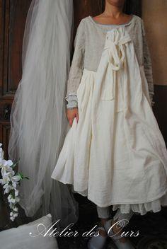 """MLLE NEIGE : robe en lin et crepe de coton doublé """"Les Ours"""", chaussures TRIPPEN, tee-shirt et caleçon """"LesOurs"""" - Atelier des Ours."""