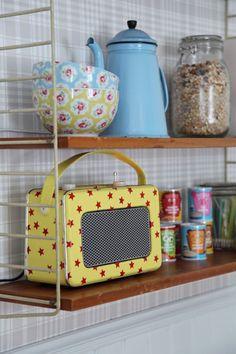 Underbara Clara painted a radio in retro colours. Cath Kidston Home, Pip Studio, Emma Bridgewater, Chocolate Pots, Decoration, Cool Kitchens, Retro Vintage, Vintage Stuff, Sweet Home