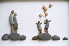 Este arte de pared de familia es una gran idea del regalo para una nueva casa hogar calentamiento, aniversario, cumpleaños o días de padres/madres. Arte de canto maravilloso que rezuma amor y alegría por retratar a una familia de cuatro con globos. Conveniente para la decoración de la pared del cuarto de niños. Creado con piedras de playa que recogido a mano de las playas locales cerca de Varna, costa búlgara del mar negro. Guijarros son cuidadosamente lavados y secados antes de ser util...