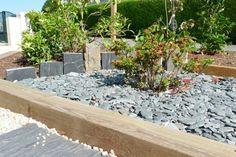 une bordure de jardin en bois rustique et des pierres