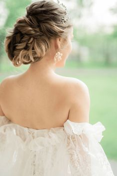 From Nóbl Events and Lisa Vigliotta comes this romantic wedding editorial inspired by Pride & Prejudice at Willowbank Mansion. Bridal Hairstyles, Pride And Prejudice, Brides And Bridesmaids, Destination Wedding, Wedding Inspiration, Romantic, Mansions, Couples, Hair Styles