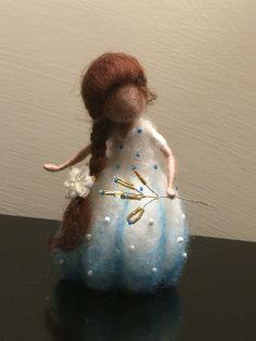 Nadel Gefilzte Fee, Waldorf inspiriert, Wolle Fairy in blau weißes Kleid…