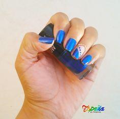 Diseño de Uñas color azul eléctrico.