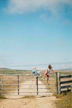Who'll get to the beach first! Memories of childhood holidays in Cornwall. Country Life, Country Girls, Country Roads, Country Farmhouse, Vie Simple, The Ranch, Adventure Is Out There, Farm Life, Life Is Beautiful
