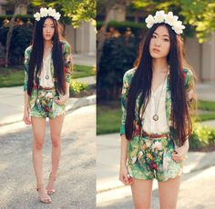 Wanna be an island princess with those floral prints. ♥